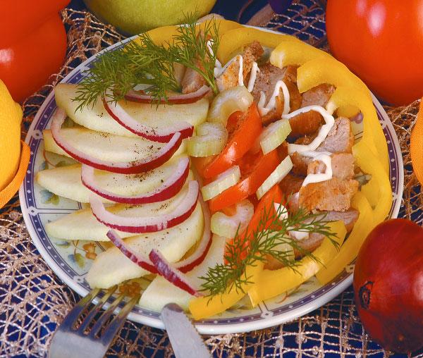 Закуска из копченой курицы, сельдерея и болгарского перца.